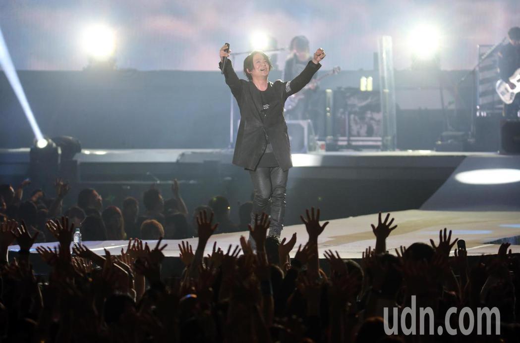 日本天團GLAY晚間在台北小巨蛋舉辦演唱會,與粉絲們開心的一同揮舞著雙手同歡。記...