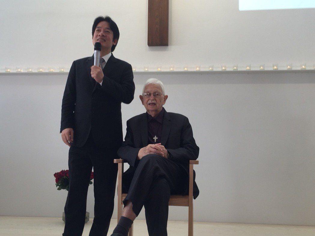 行政院長賴清德(左)說「我愛神父」。記者吳政修/攝影