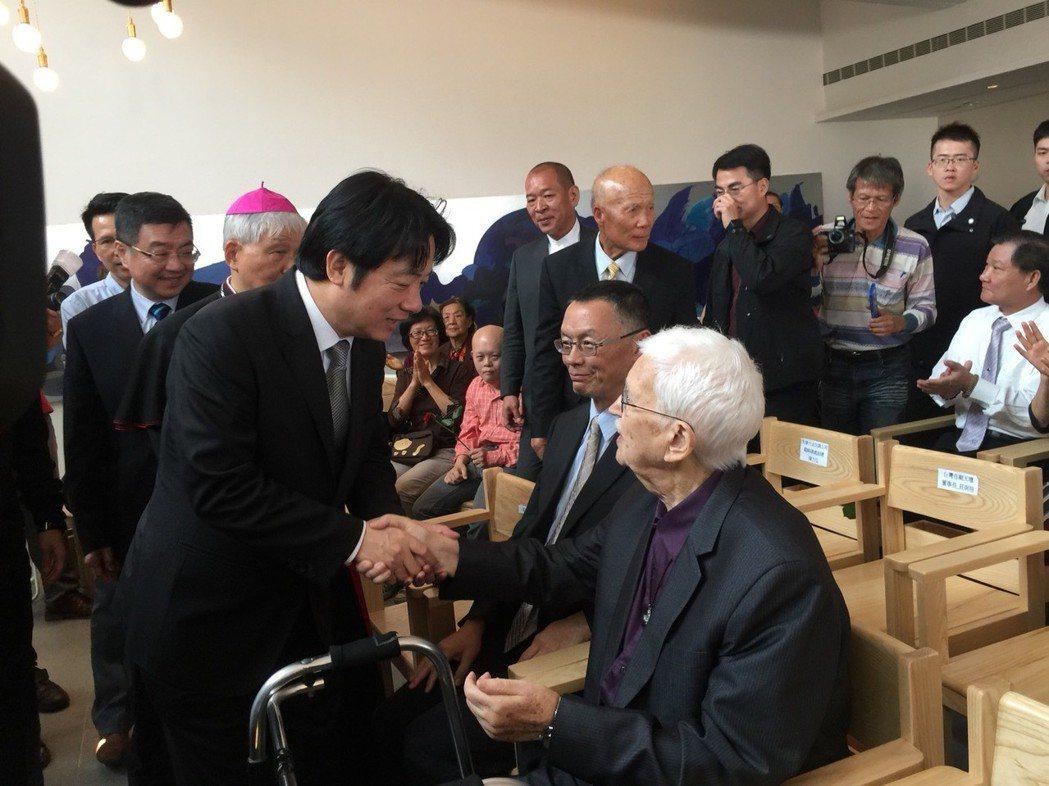 行政院長賴清德(左)與甘神父握手。記者吳政修/攝影