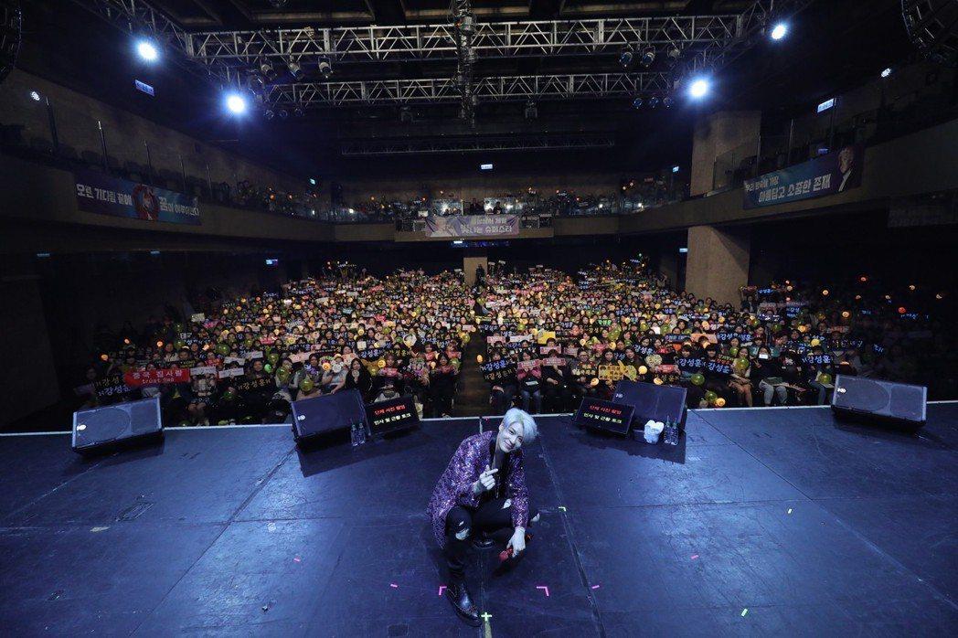 姜成勳和粉絲合照留念。圖/佳音娛樂提供