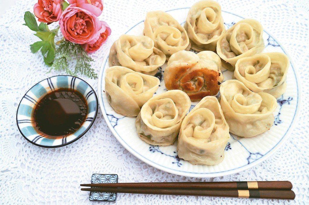 玫瑰花煎餃 圖摘自╱四塊玉文創出版《大塚太太的東京餐桌故事》非