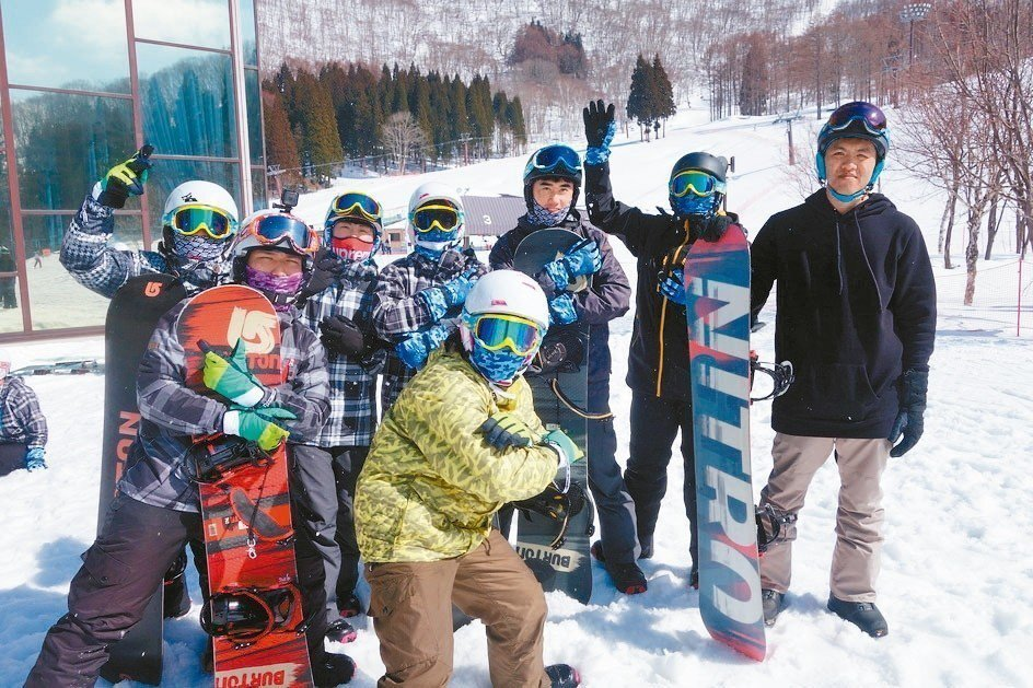 明新科大16名學生日前到日本長野縣鹿島班尾高原滑雪場移地訓練5天,了解滑雪產業發...