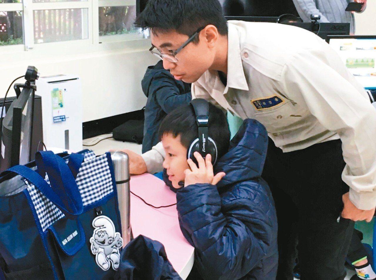 偏鄉學童透過視訊樂得與「大學伴」學英文。 圖/國際扶輪社提供