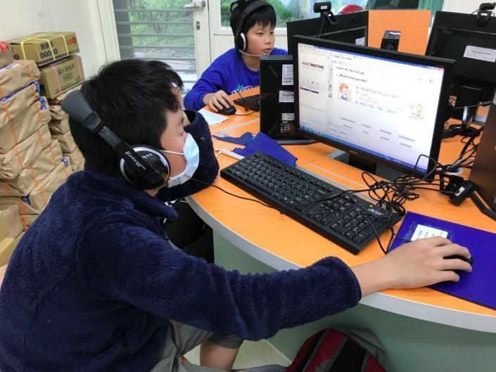 偏鄉學童透過視訊與「大學伴」學英文。 圖/國際扶輪社提供