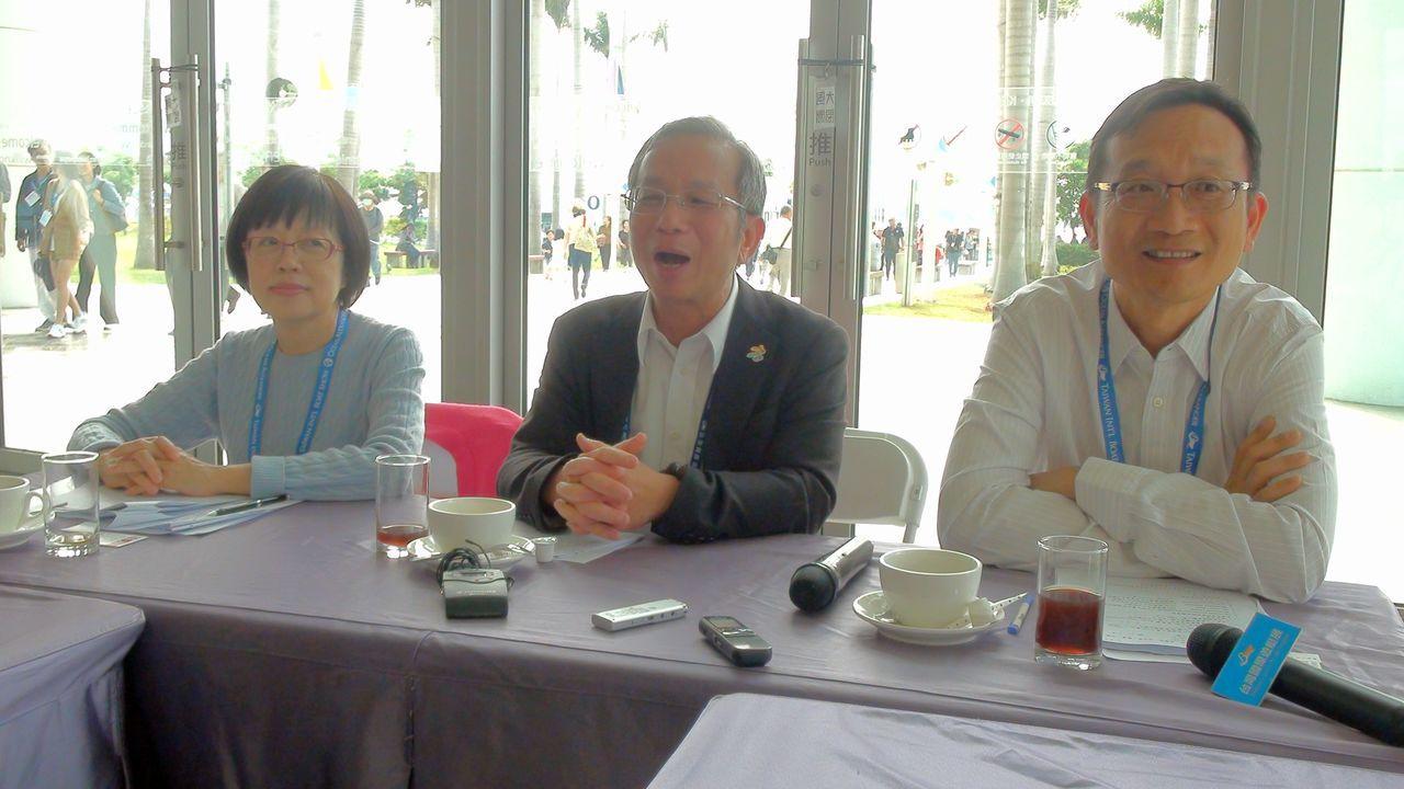高雄市海洋局長林英斌(中)、外貿協會副秘書長林芳苗(左)及台灣遊艇公會理事長龔俊...