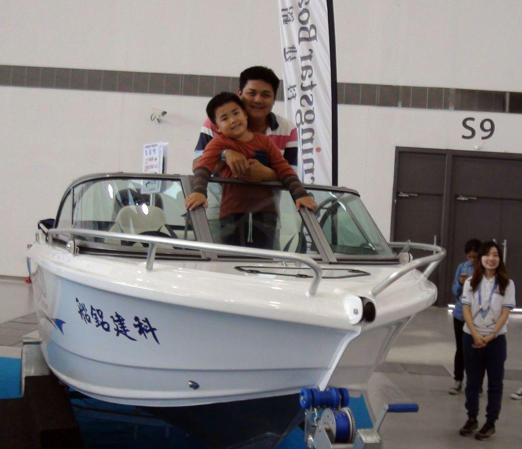 今年遊艇展開放民眾登艇,許多遊客樂翻。 記者王昭月/攝影