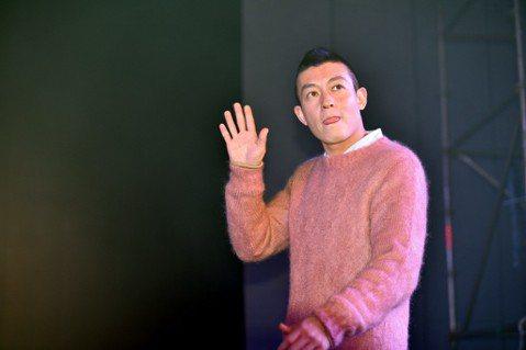 香港媒體報導,男星陳冠希昨天在上海參加品牌活動時,才剛剛上台就被一名男子推走,現場直播也隨之停止。有現場目擊者說,該男子用上海話大喊:「走!帶了跑。」疑似當地警察。目前網路傳聞陳冠希被帶走的理由可能...
