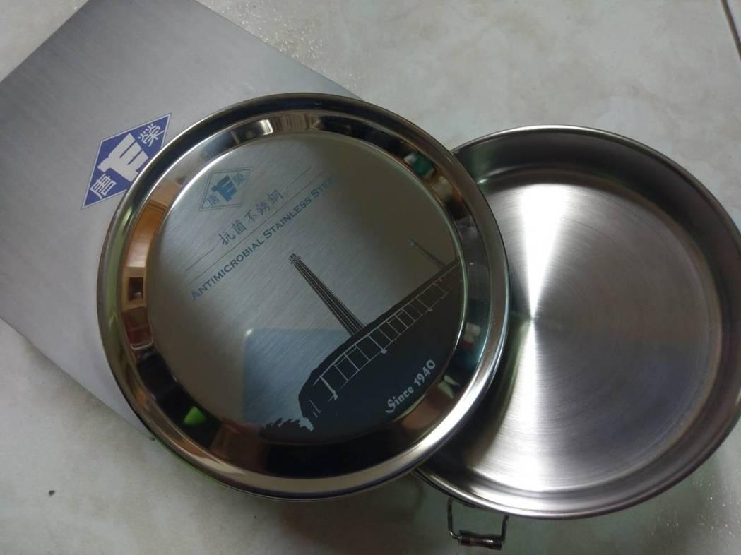 唐榮公司的不鏽鋼便當盒已非常搶手。 記者謝梅芬/攝影