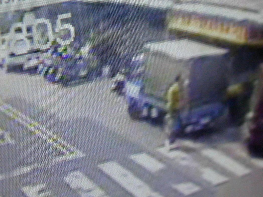 監視器畫面上的黃衣男子,疑似便是陳義雄。圖/聯合報系資料照片