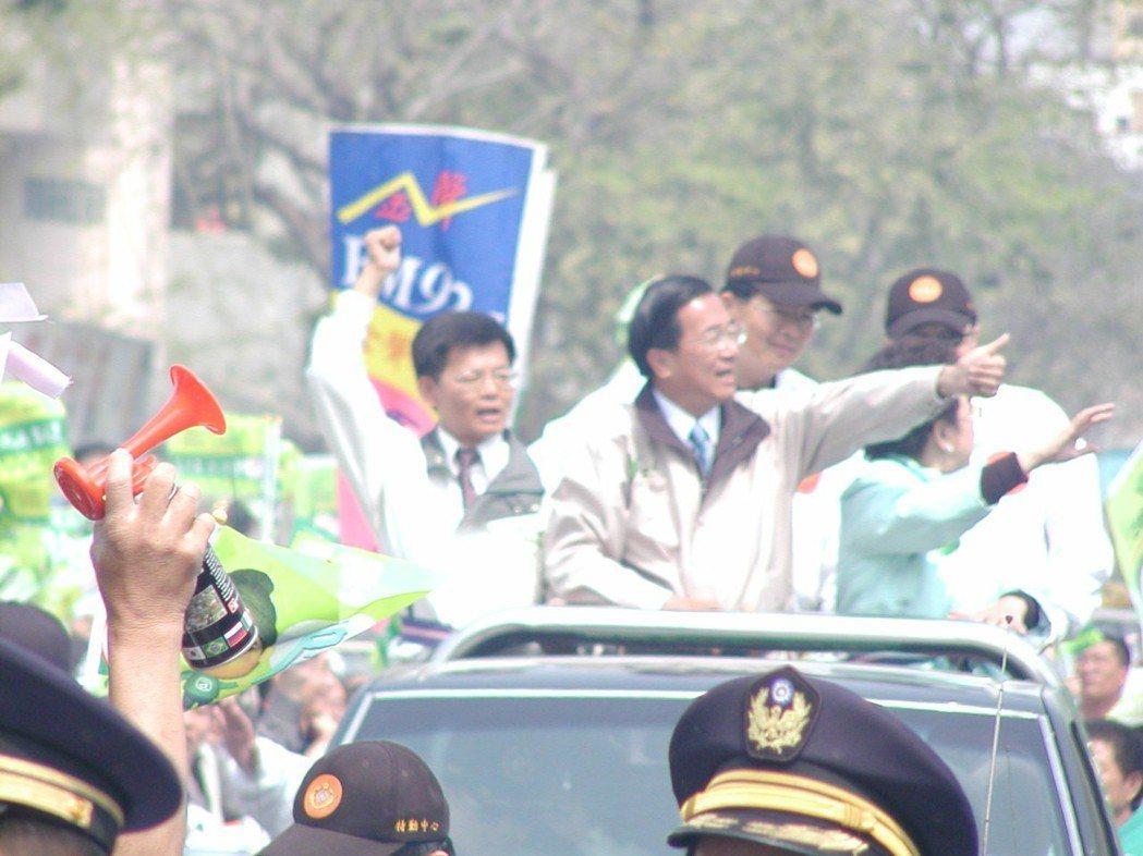 前總統陳水扁競選連任時掃街,與民眾幾乎零距離。圖/聯合報系資料照片