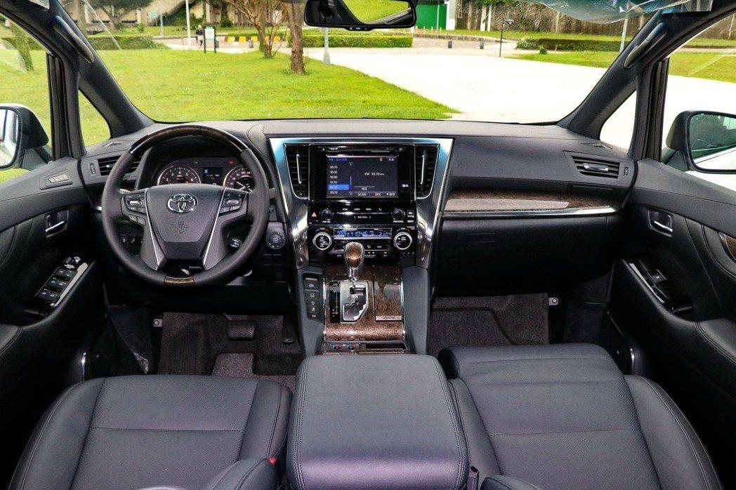 Toyota Alphard內裝維持既往的風格,在細節部分更精進。 記者陳威任/...