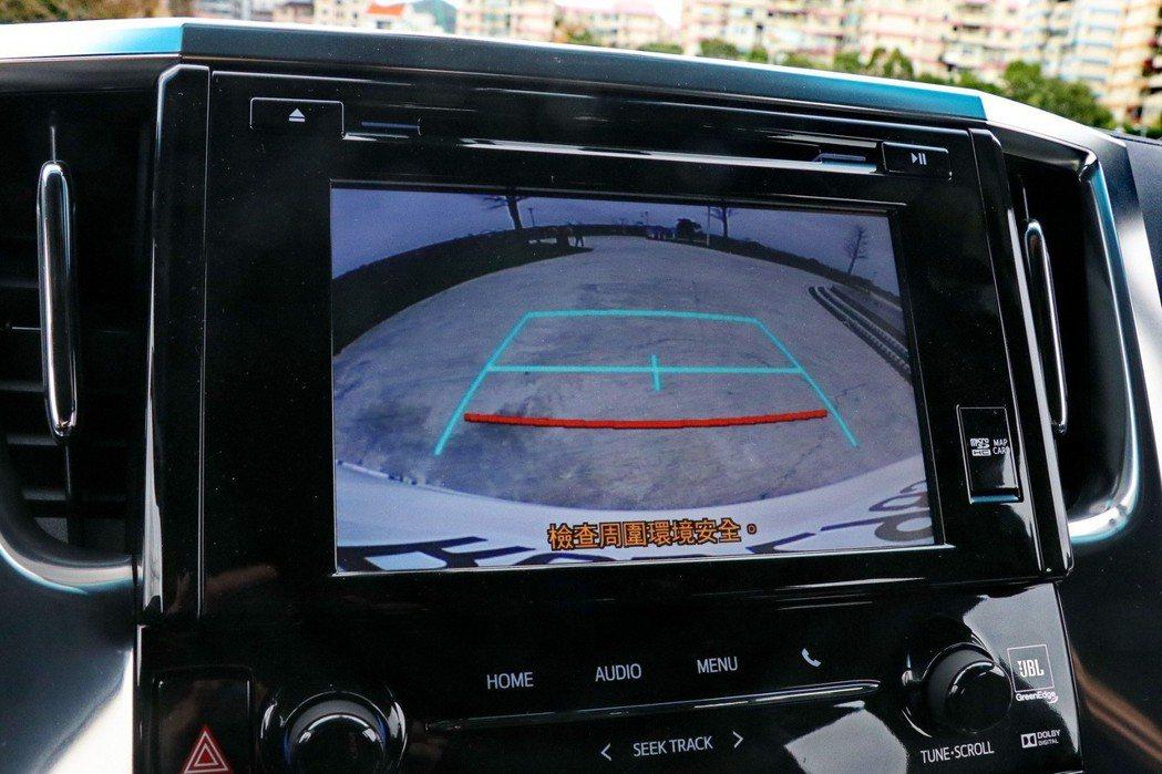 倒車顯影功能新增RCTA後方車側警示系統。 記者陳威任/攝影