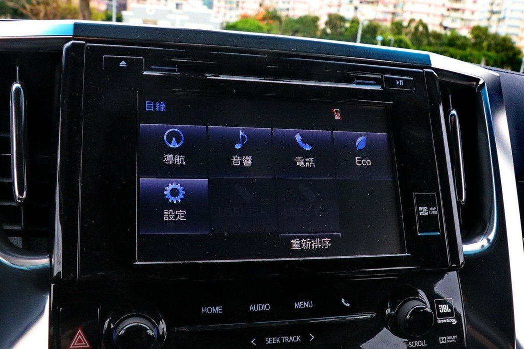 中控螢幕依然有包含音樂、電話及導航等功能。 記者陳威任/攝影