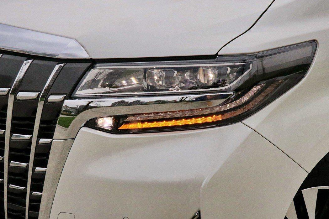 全新升級的Bi-Beam LED頭燈還搭配上序列式方向燈。 記者陳威任/攝影
