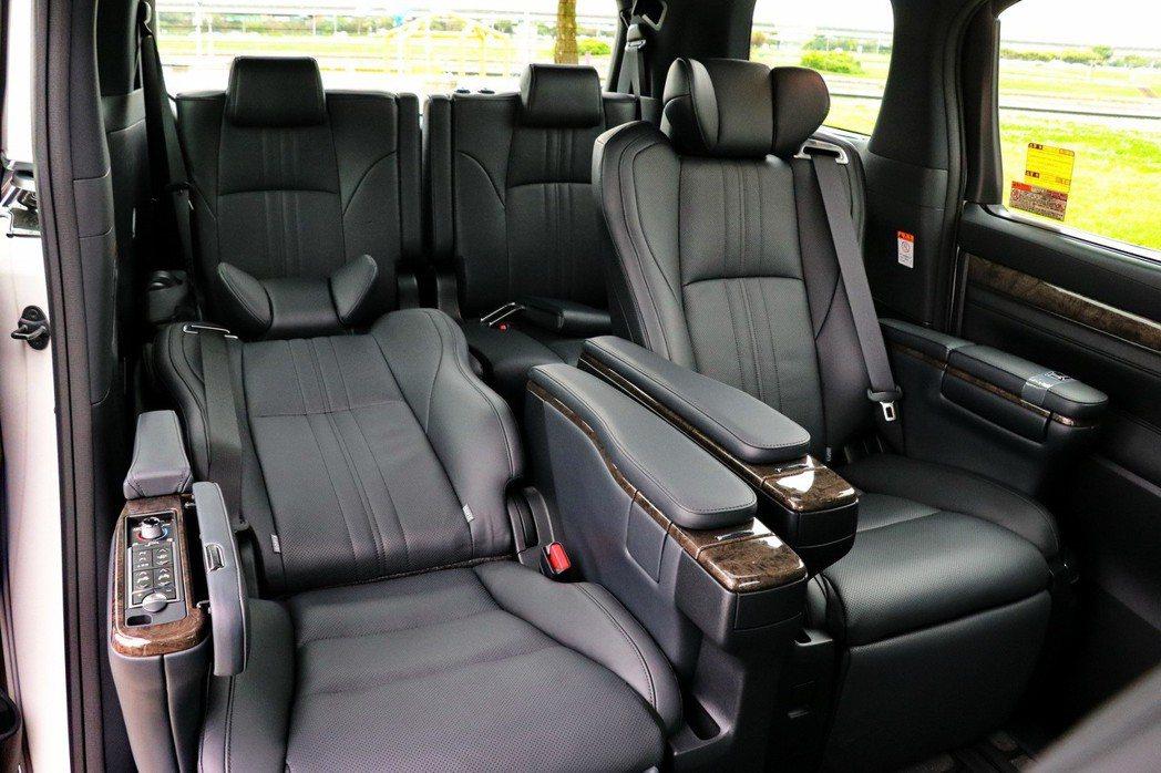 全車座椅採用Semi-Aniline頂級真皮包覆,第二排座椅為頭等艙級Ottom...