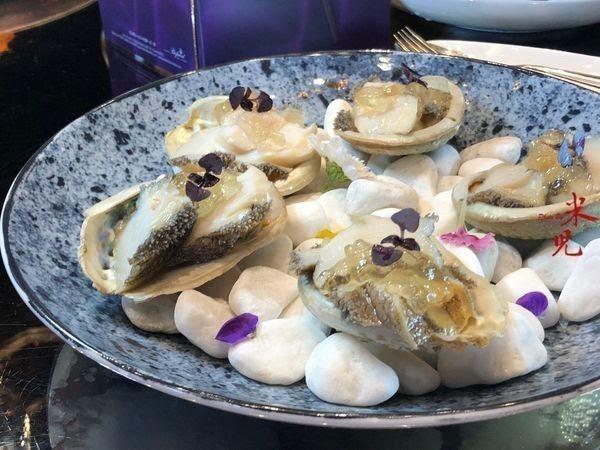 軟嫩的鮑魚加上高湯凍提味,以美麗的擺盤呈現,顛覆大家對頤宫以往的印象。