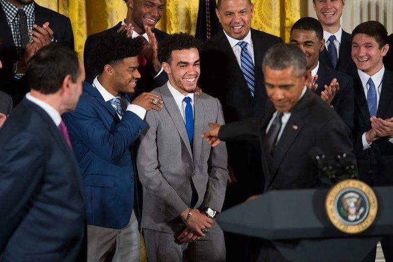 2015年NCAA冠軍隊杜克大學主將瓊斯(中)在當年NBA選秀中被騎士在第一輪選...