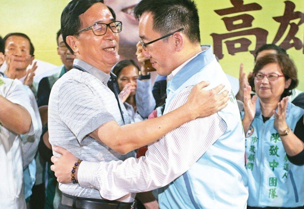 陳水扁前晚替陳致中站台,兩人在台上擁抱。 記者劉學聖/攝影
