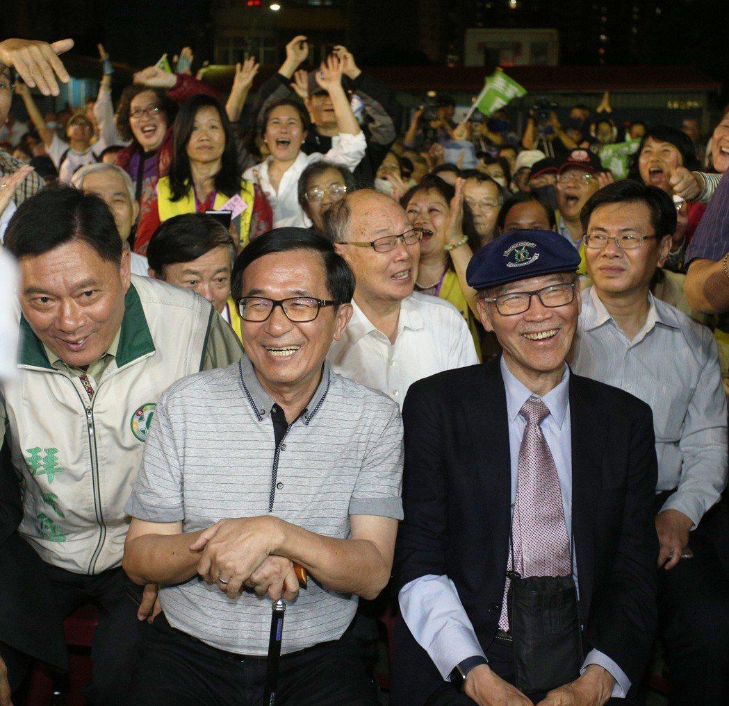 群眾簇擁陳水扁。 記者劉學聖/攝影