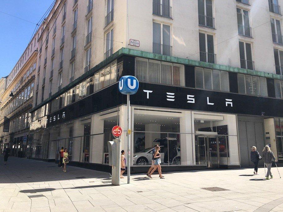 鬧區旁的Tesla展示間。 攝影 / 彭奕翔