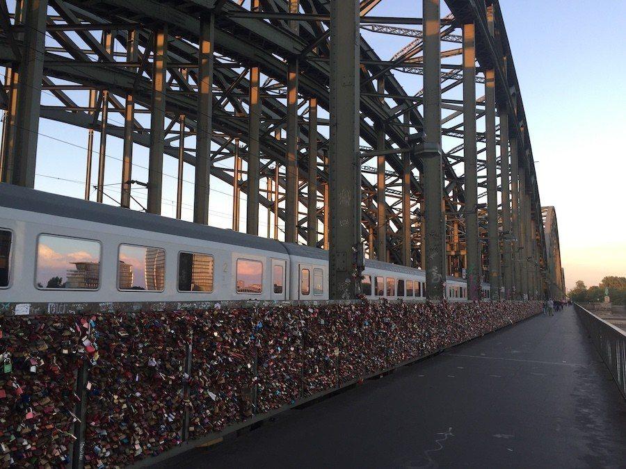 科隆教堂一旁的霍亨索倫橋,以愛情鎖聞名。 攝影 / 彭奕翔