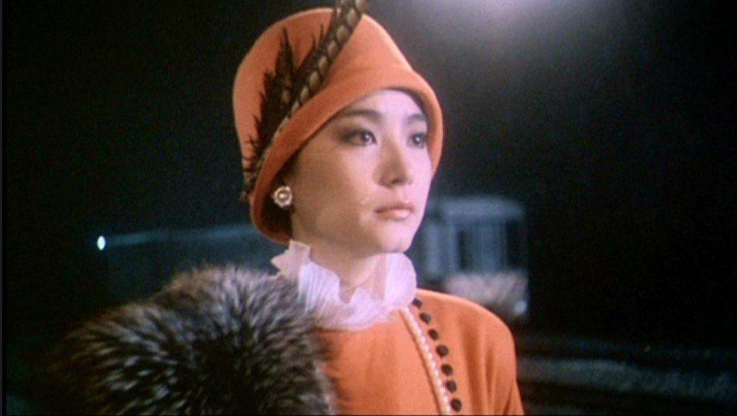 林青霞在「我愛夜來香」另一款高貴典雅的造型。圖/翻攝自YouTube