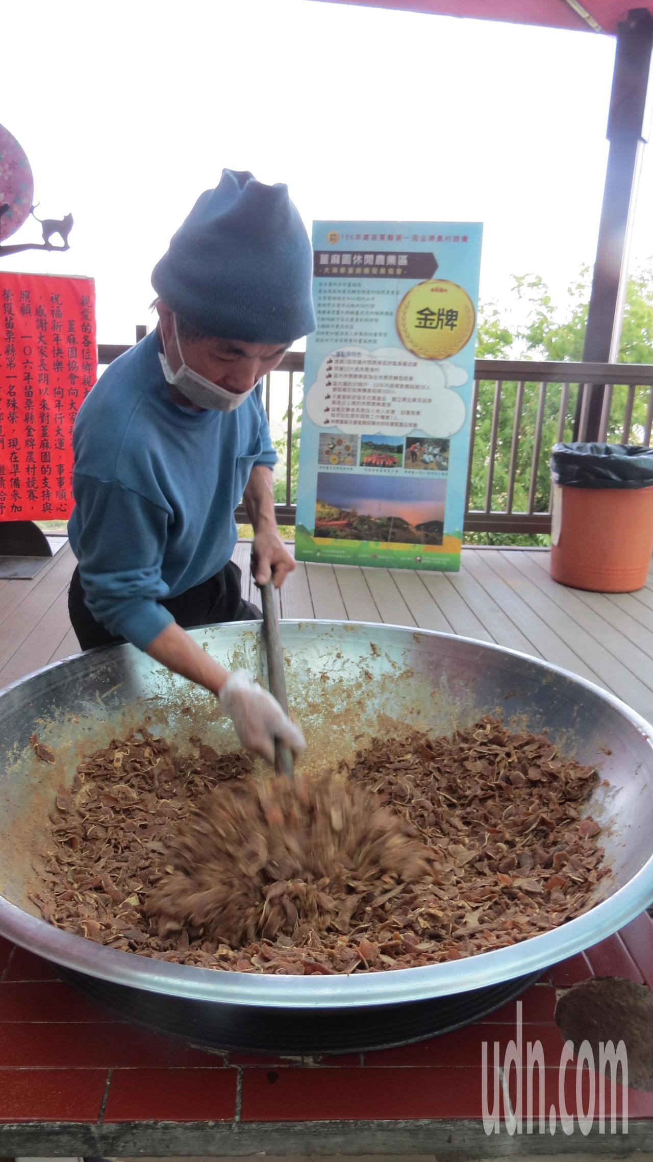 薑麻園可以看到現場炒生薑,相當具農村趣味。記者范榮達/攝影