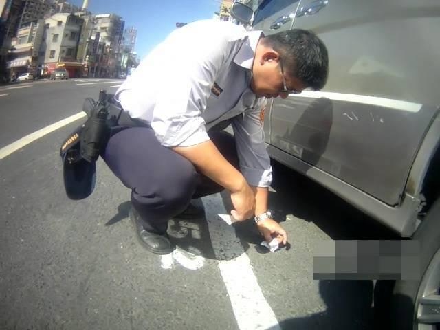 洪姓男子涉嫌將海洛因丟在大馬路上,被民族派出所警員識破法辦。記者黃宣翰/翻攝