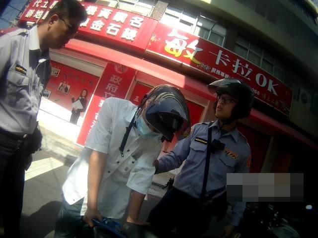 洪姓男子涉嫌將海洛因丟在大馬路上,被警員識破法辦。記者黃宣翰/翻攝