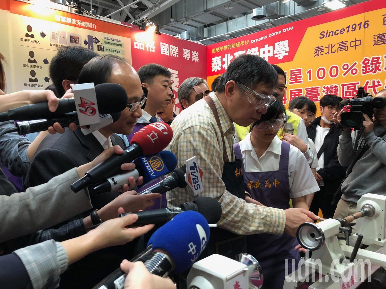 台北市長柯文哲今早出席高中職博覽會,與學生近距離互動。記者陳靖宜/攝影