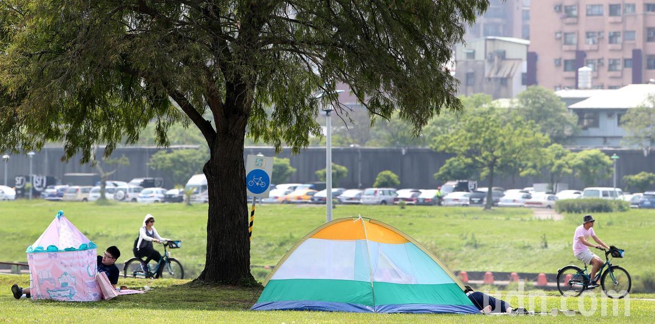 溫暖舒適的好天氣,吸引民眾到市區近郊出遊。記者侯永全/攝影