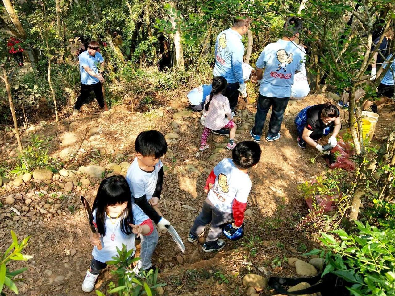 「清年軍」成員有很多小朋友,一起幫忙種樹撿垃圾。圖/副議長服務處提供