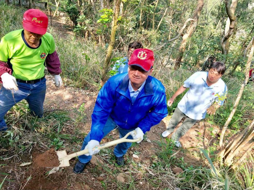 台中市副議長張清照(中)自己拿鏟子補植被破壞枯萎的樹種。圖/副議長服務處提供