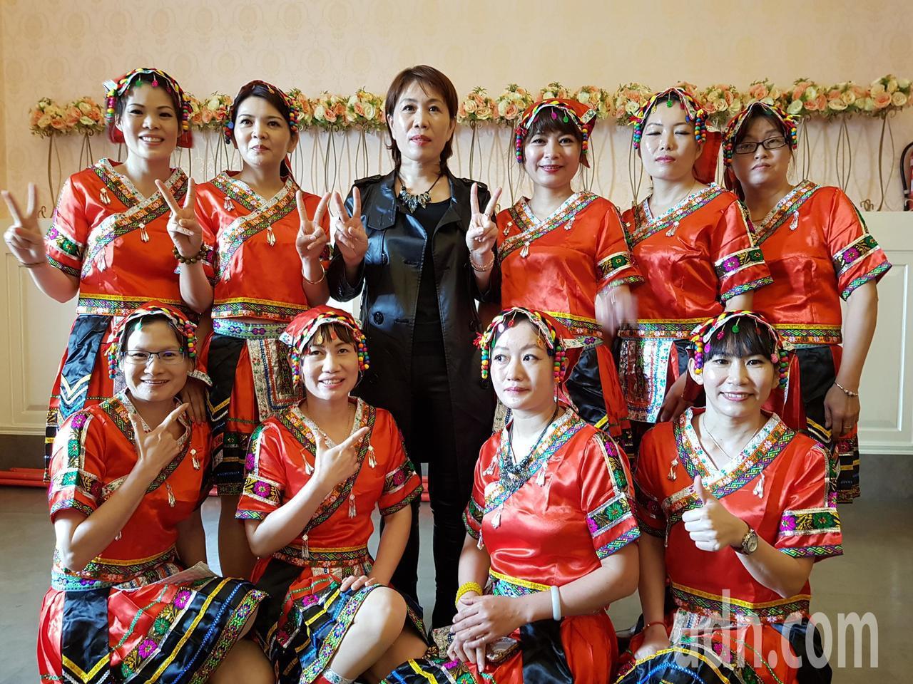 由來自海南島的陸籍配偶成立的台灣海南民間交流總會今天成立,後排中為首任理事長翁連...