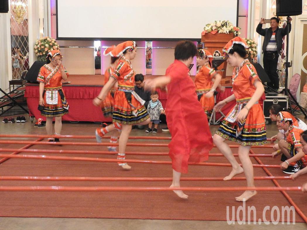 由來自海南島的陸籍配偶成立的台灣海南民間交流總會今天成立,大家身著海南黎族傳統服...