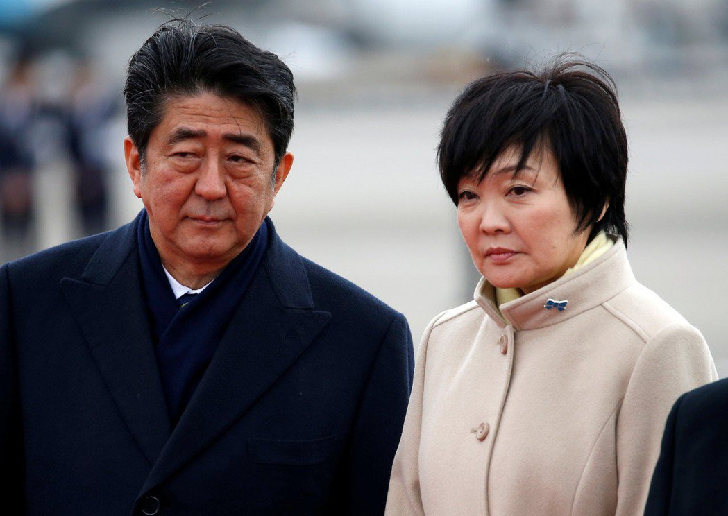 日本首相安倍晉三與夫人安倍昭惠捲入森友學園案。路透