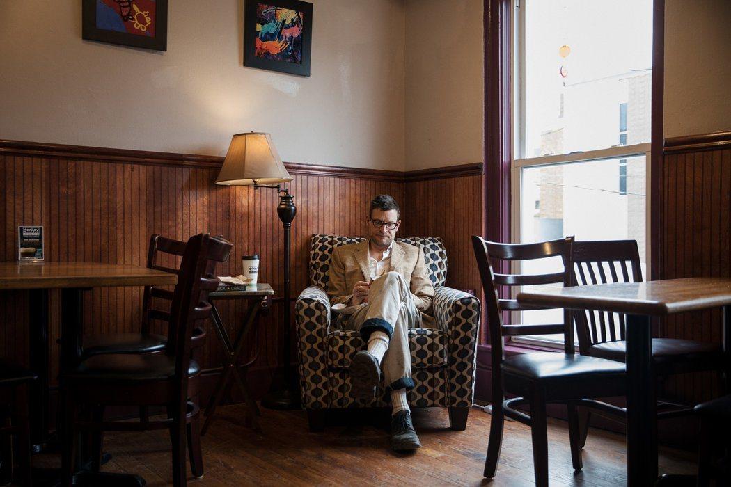 哈格曼每天到咖啡館喝咖啡,為了確保聽不見他人的閑談,他經常戴耳機聽白噪音。圖/取...