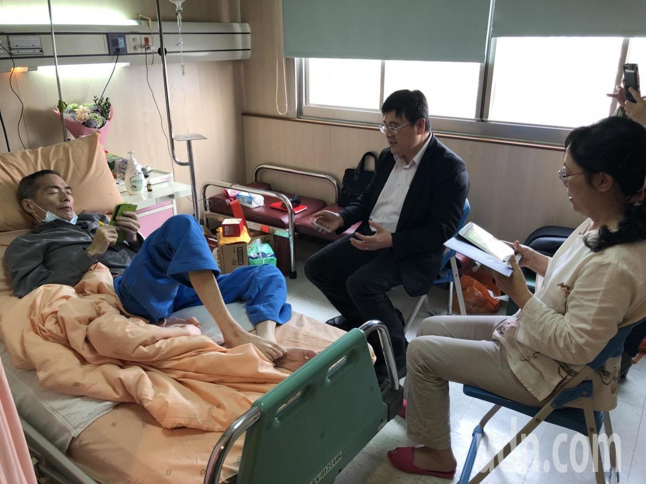 嘉基企劃室主任洪錫隆(中)帶領鄒川雄等人唱詩歌讚美神。記者王慧瑛/攝影