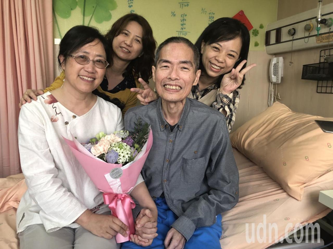 曾指導過的研究生黃千芳(左二)、黃昕瑀(右一)到醫院探視鄒川雄,有學生聊天相伴,...