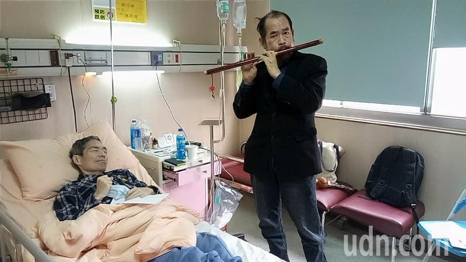 鄒川雄的好友周平(右)日前到病床邊吹奏樂器,抒發情感。圖/李艷梅提供