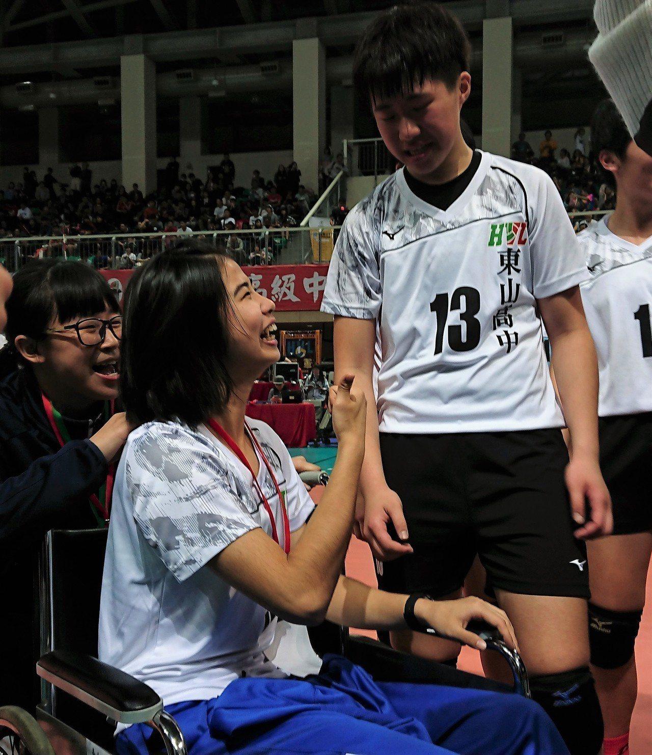鍾乙禎(右)完成和陳昱潔(左)的約定,率隊守住勝利,並告訴她說:「我們幫妳贏回來...
