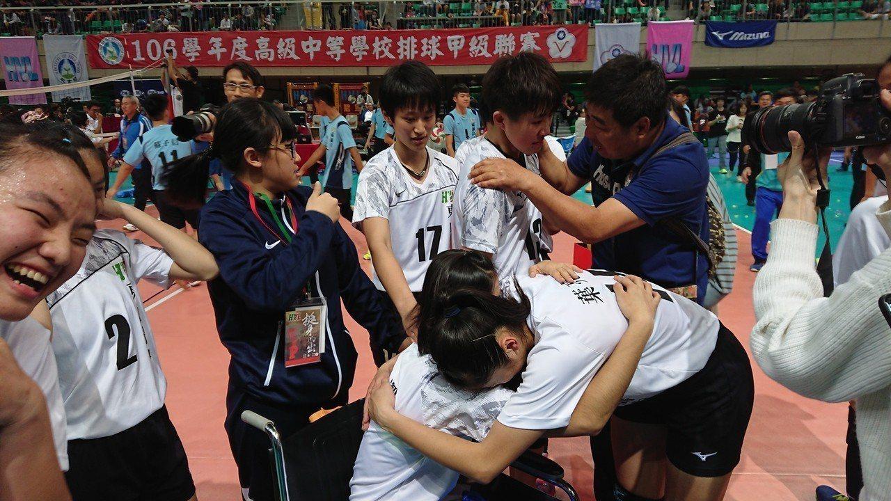 東山奪冠後許多人都哭成一片,紛紛和陳昱潔擁抱。記者 吳思儀/攝影