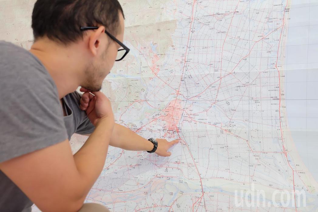 陳定南對地圖的熱愛,就連兒子陳仁杰也說不準,但爸爸俯身趴在地圖前端詳的模樣,卻深...