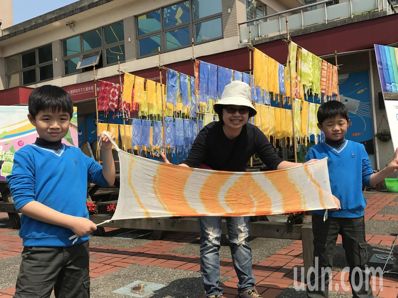 染工坊吸引300多人參與,多元繽紛的染布,曬在藝術館前廣場,隨風飄揚,真是漂亮。...