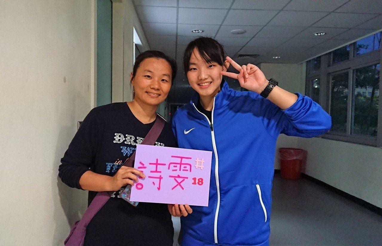 龔詩雯(右)和母親合影。記者 吳思儀/攝影