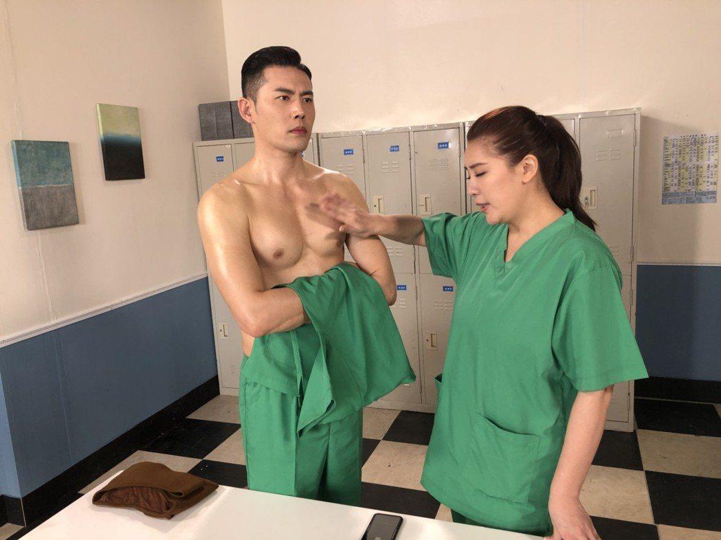 小禎、余秉諺拍「實習醫師鬥格」,不時上演逗趣戲碼。圖/民視提供