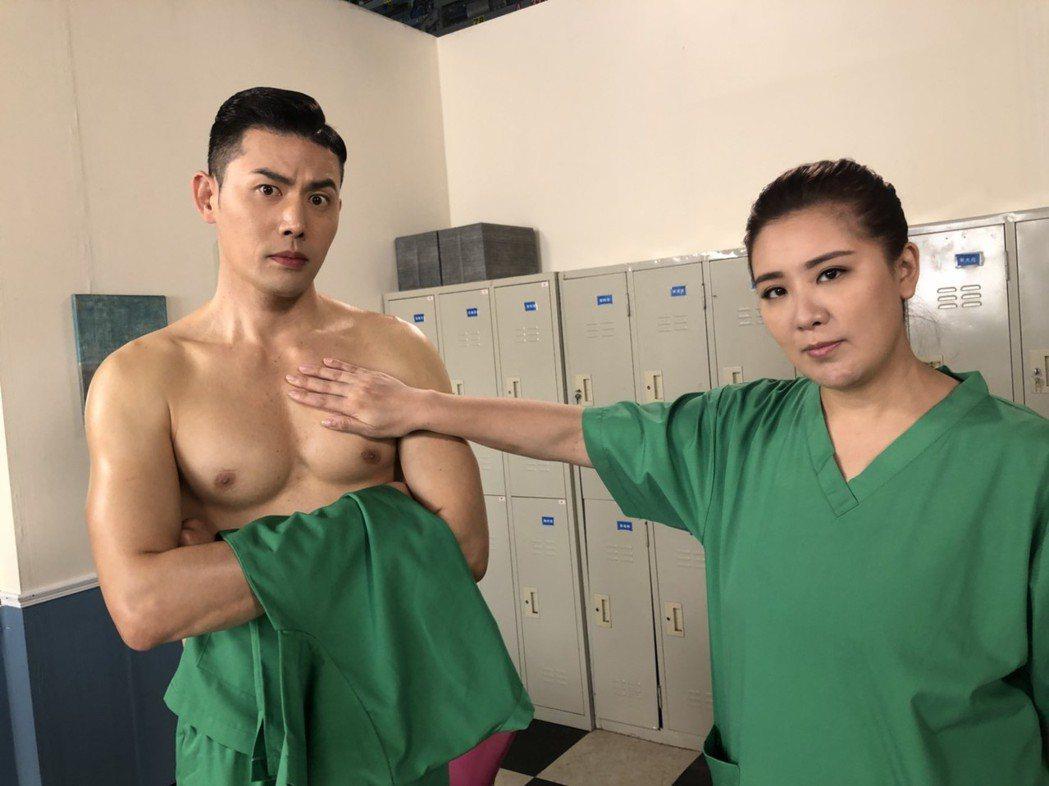 小禎、余秉諺拍「實習醫師鬥格」不時上演逗趣戲碼。圖/民視提供