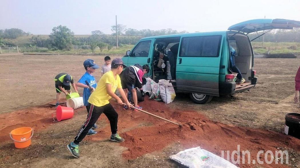 台南市柚城棒球發展協會客難完成自有球場,球員與家長攜手投入心血,一點一滴打造完成...