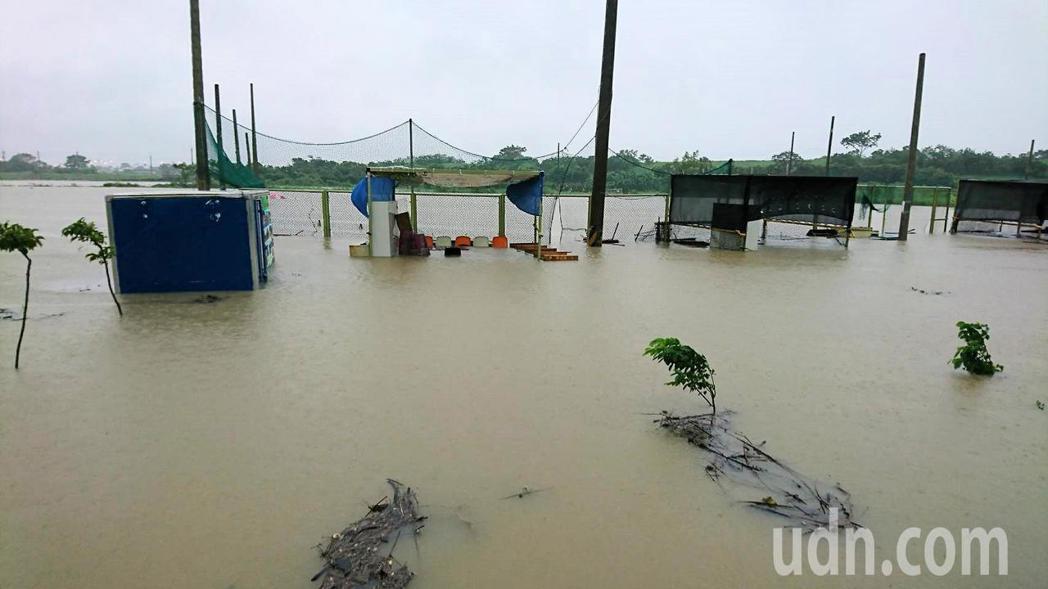 台南市柚城棒球發展協會完成自有球場,一度還遭颱風淹水浸泡,熬過外人無法想像的苦。...