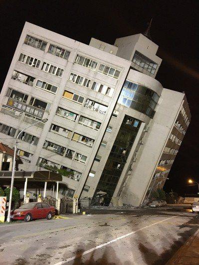花蓮0206地震,造成4棟建築倒塌,震後各界人士紛紛捐款幫助災民。圖/本報資料照...